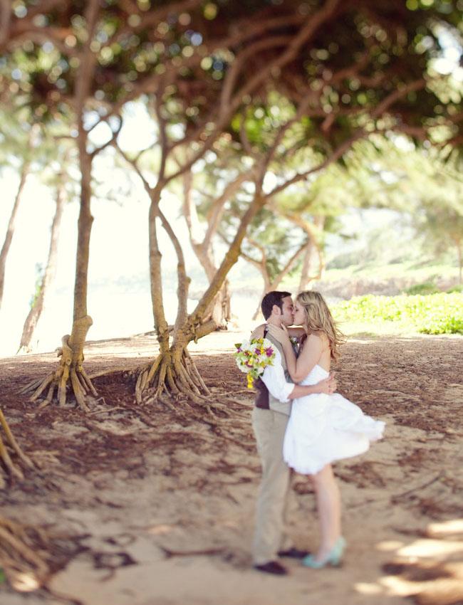 bride and groom in hawaii