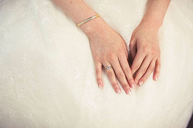 gold bangle bride acessory
