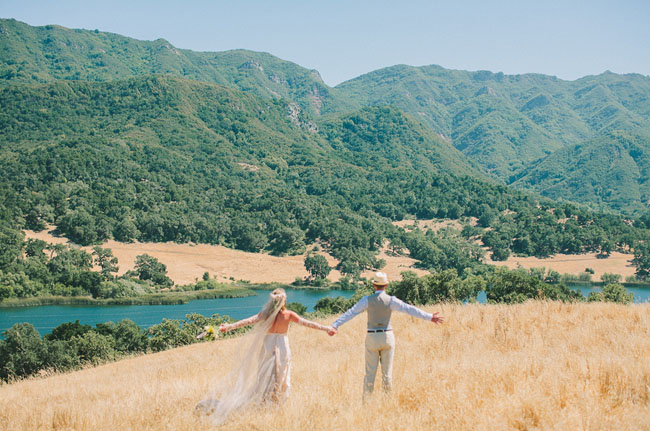 bride and groom mountains