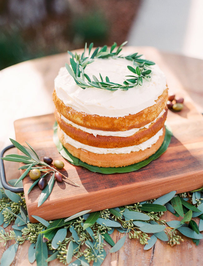 naked cake with circle wreath