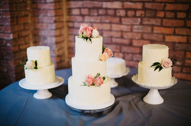 plain white wedding cakes with flowers