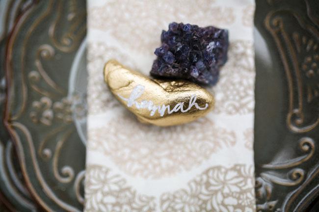 gold rock plate setting