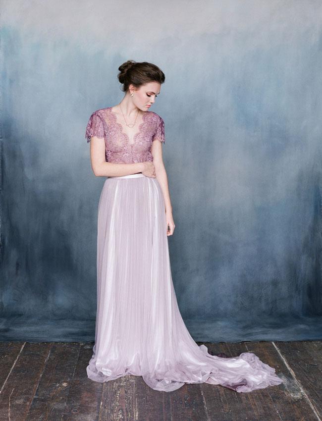 Váy cưới với ánh tím từ đá bán quý