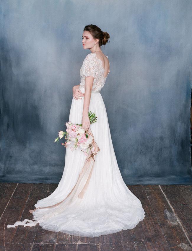 Váy và hoa cưới