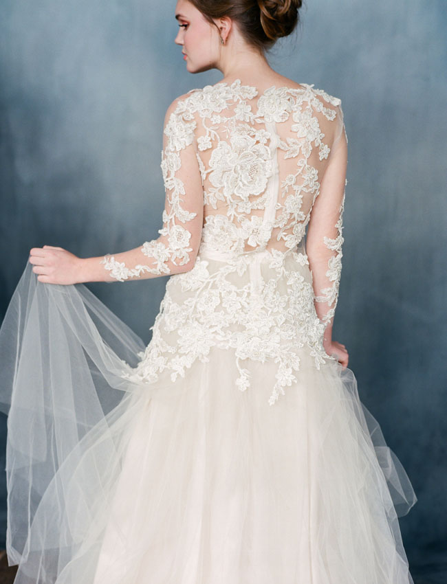 Váy cưới của Emily từ phía sau