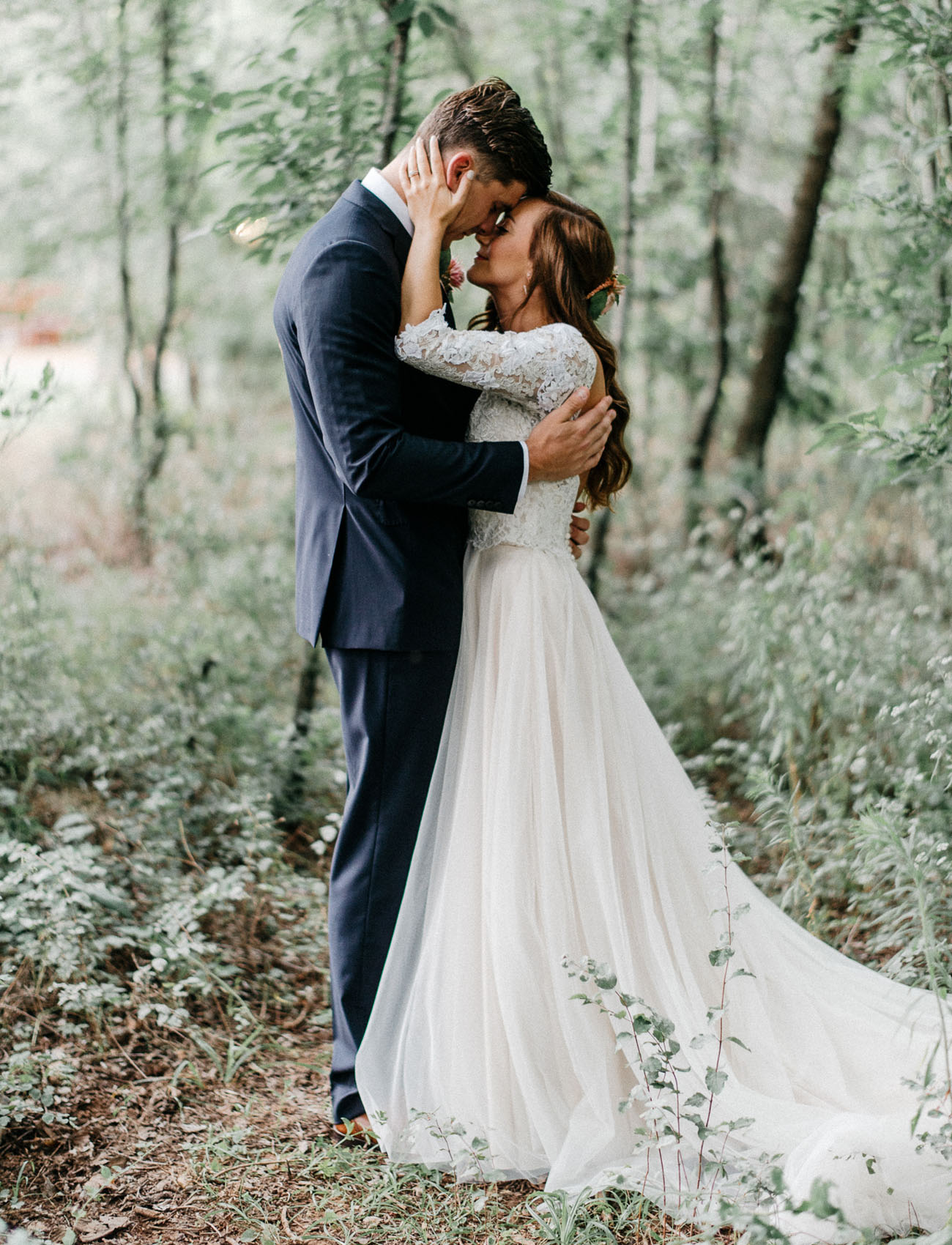 Enchanted forest wedding in oklahoma peyton colton for Dress for outside wedding