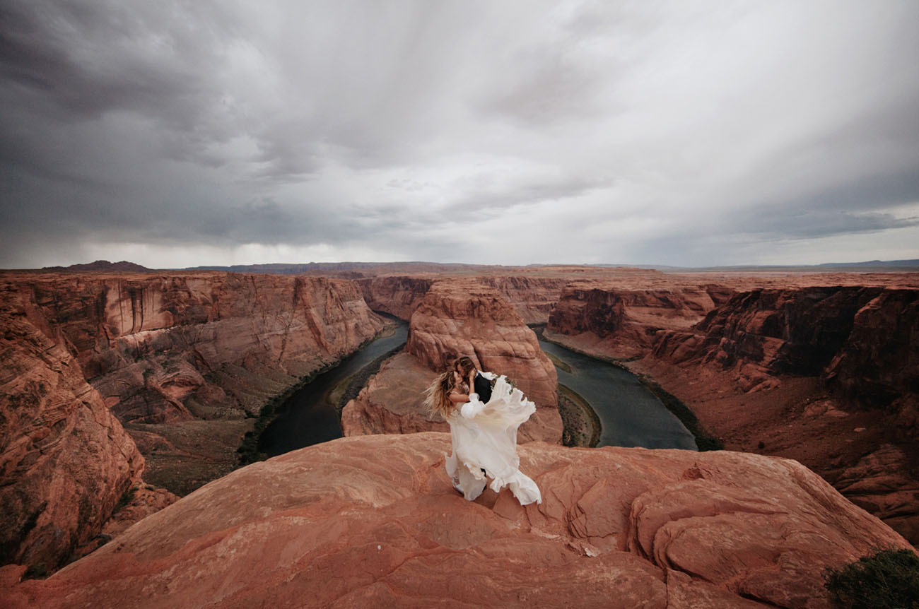 Horseshoe Bend + Antelope Canyon in Arizona provide a dramatic views + a red background for elopements