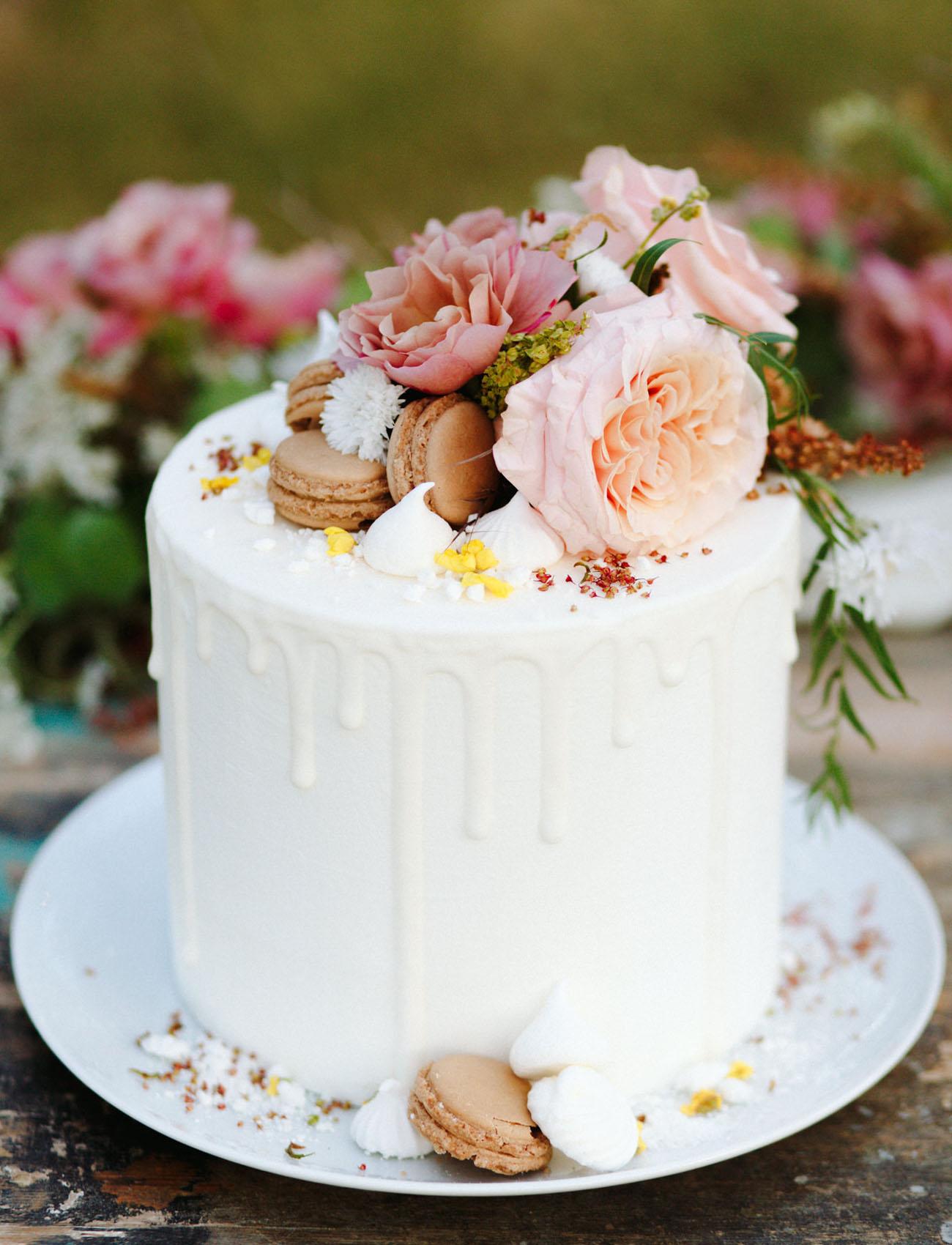 macaron white drip cake