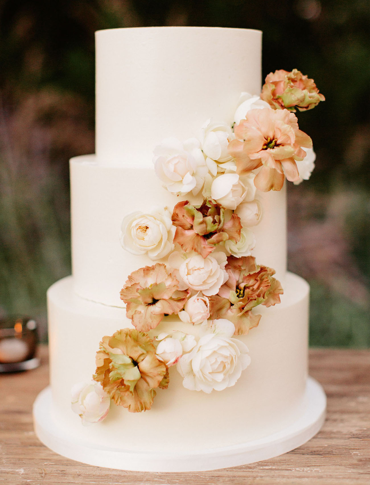 bc637499261 15 Jaw-Dropping Floral Cake Ideas for Your Wedding - Green Wedding Shoes