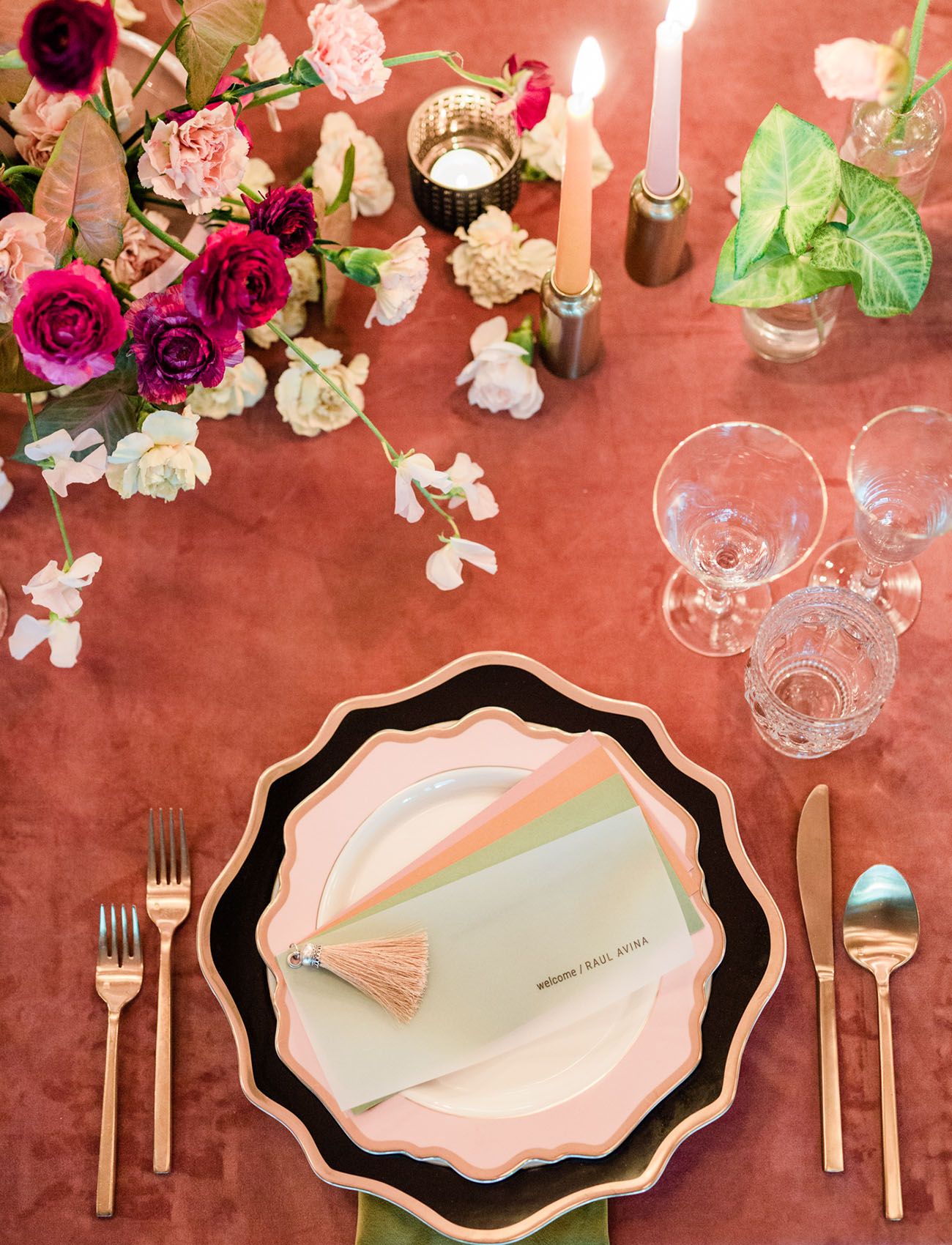 black and pink plate settings