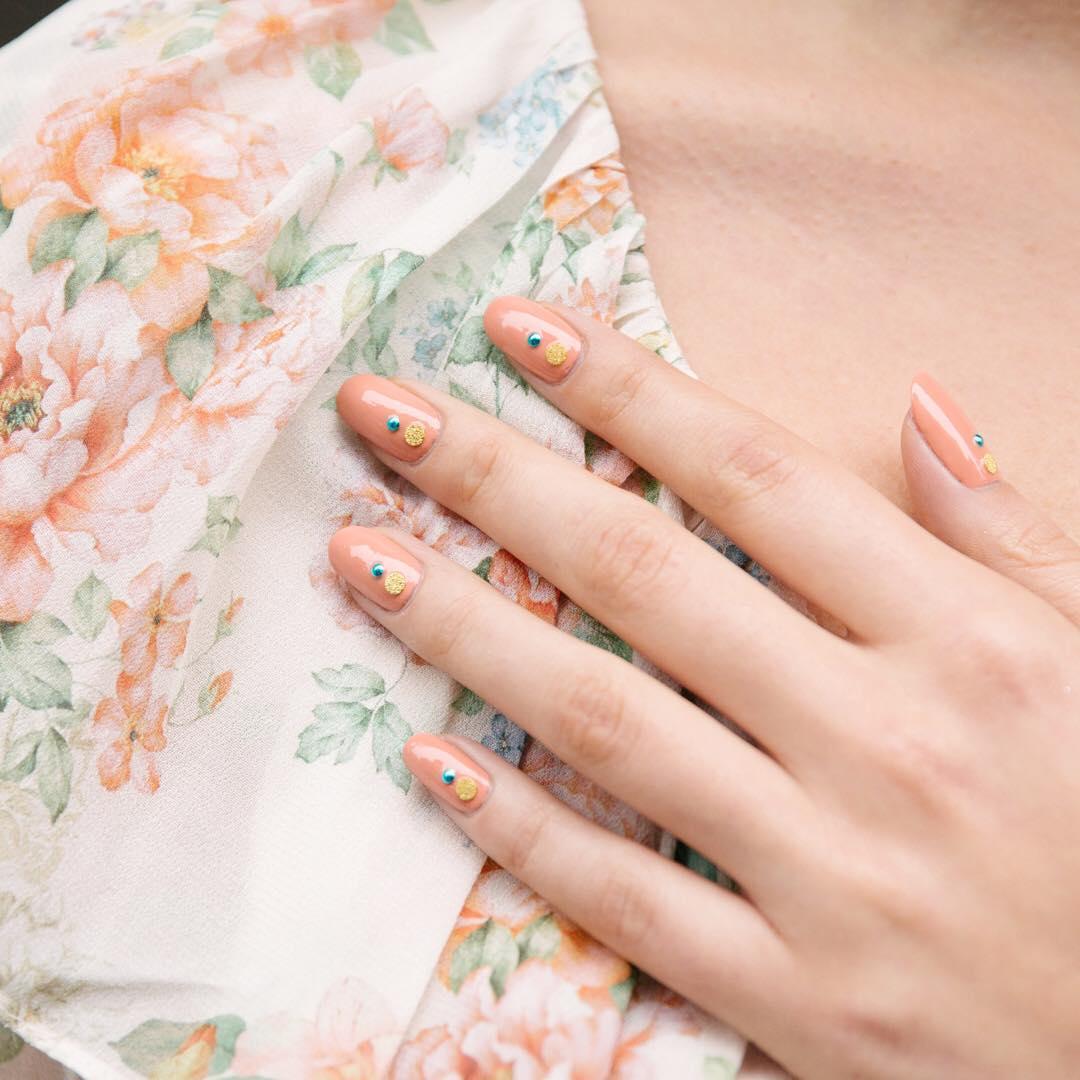peach jewel manicure