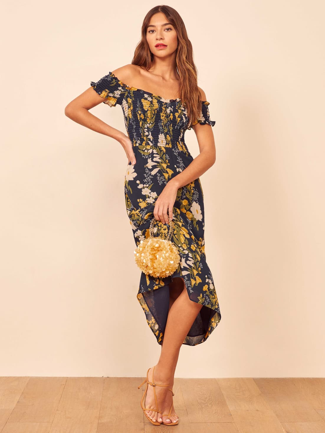 "robe noire à épaules dénudées avec des fleurs blanches et jaunes pour vos mariages d'automne ""width ="" 1102 ""height ="" 1469 ""data-pin-description ="" robe noire à épaules dénudées avec des fleurs blanches et jaunes pour vos mariages d'automne ""srcset ="" https://greenweddingshoes.com/wp-content/uploads/2019/09/murphy-dress.jpg 1102w, https://i0.wp.com/greenweddingshoes.com/wp-content/uploads/2019/09/murphy -dress.jpg? resize = 225,300 225w, https://i0.wp.com/greenweddingshoes.com/wp-content/uploads/2019/09/murphy-dress.jpg?resize=768,1024 768w, https: / /i0.wp.com/greenweddingshoes.com/wp-content/uploads/2019/09/murphy-dress.jpg?resize=800,1066 800w, https://i0.wp.com/greenweddingshoes.com/wp- content / uploads / 2019/09 / murphy-dress.jpg? resize = 400,533 400w, https://i0.wp.com/greenweddingshoes.com/wp-content/uploads/2019/09/murphy-dress.jpg?resize = 300,400 300w ""tailles ="" (largeur max: 1102px) 100vw, 1102px ""/><br />Robe Murphy par Reformation // 278 $</p> <h4 style="