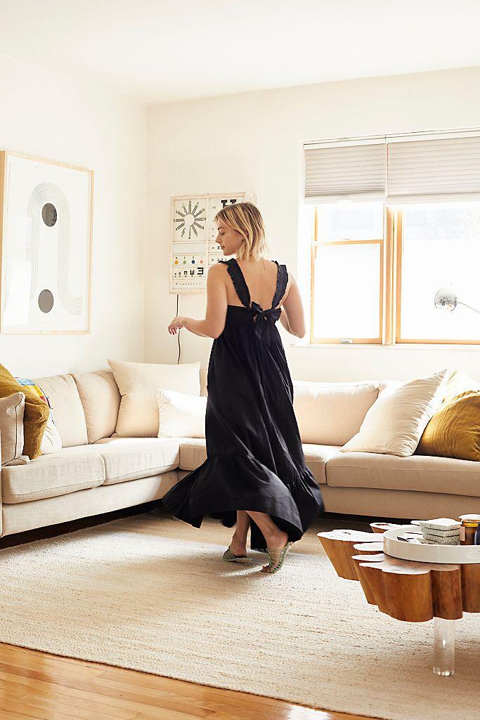 """https://greenweddingshoes.com/ """"width ="""" 683 """"height ="""" 1025 """"srcset ="""" https://greenweddingshoes.com/wp-content/uploads/2020/06/Dresses-to-Wear-at-Home. jpeg 683w, https://i0.wp.com/greenweddingshoes.com/wp-content/uploads/2020/06/Dresses-to-Wear-at-Home.jpeg?resize=200,300 200w, https: // i0. wp.com/greenweddingshoes.com/wp-content/uploads/2020/06/Dresses-to-Wear-at-Home.jpeg?resize=337,506 337w, https://i0.wp.com/greenweddingshoes.com/wp -content / uploads / 2020/06 / Dresses-to-Wear-at-Home.jpeg? resize = 400,600 400w, https://i0.wp.com/greenweddingshoes.com/wp-content/uploads/2020/06/ Robes-à-porter-à-la-maison.jpeg? Resize = 300,450 300w """"tailles ="""" (largeur max: 683px) 100vw, 683px """"/></p> <p>Nul doute que l'été 2020 sera un souvenir inoubliable. Alors que l'histoire s'écrit tout autour de nous, ces activités estivales typiques prennent du recul. Nous avons traversé la phase des pantalons de yoga, nous nous douchons à nouveau régulièrement (grosse victoire), nous apprenons à faire un million de choses à la fois pendant que nous travaillons à la maison, et nous apprenons beaucoup sur qui nous sommes Dans le processus. Mais sauter les barbecues d'été et les brunchs bondés signifie que nous avons fait beaucoup d'achats en ligne pour les robes à porter à la maison. Des robes de tous les jours confortables qui vous font vous sentir comme vous, sans tracas.</p> <p>Si vous êtes à la recherche d'une robe facile à enfiler le matin qui soulage instantanément l'humeur – nous sommes là avec vous. Nous avons trouvé 30 robes adaptées pour travailler, nettoyer, courir, jouer et avoir l'air mignon tout le temps. C'est le bon moment pour vous faire plaisir!</p> <h3 style="""
