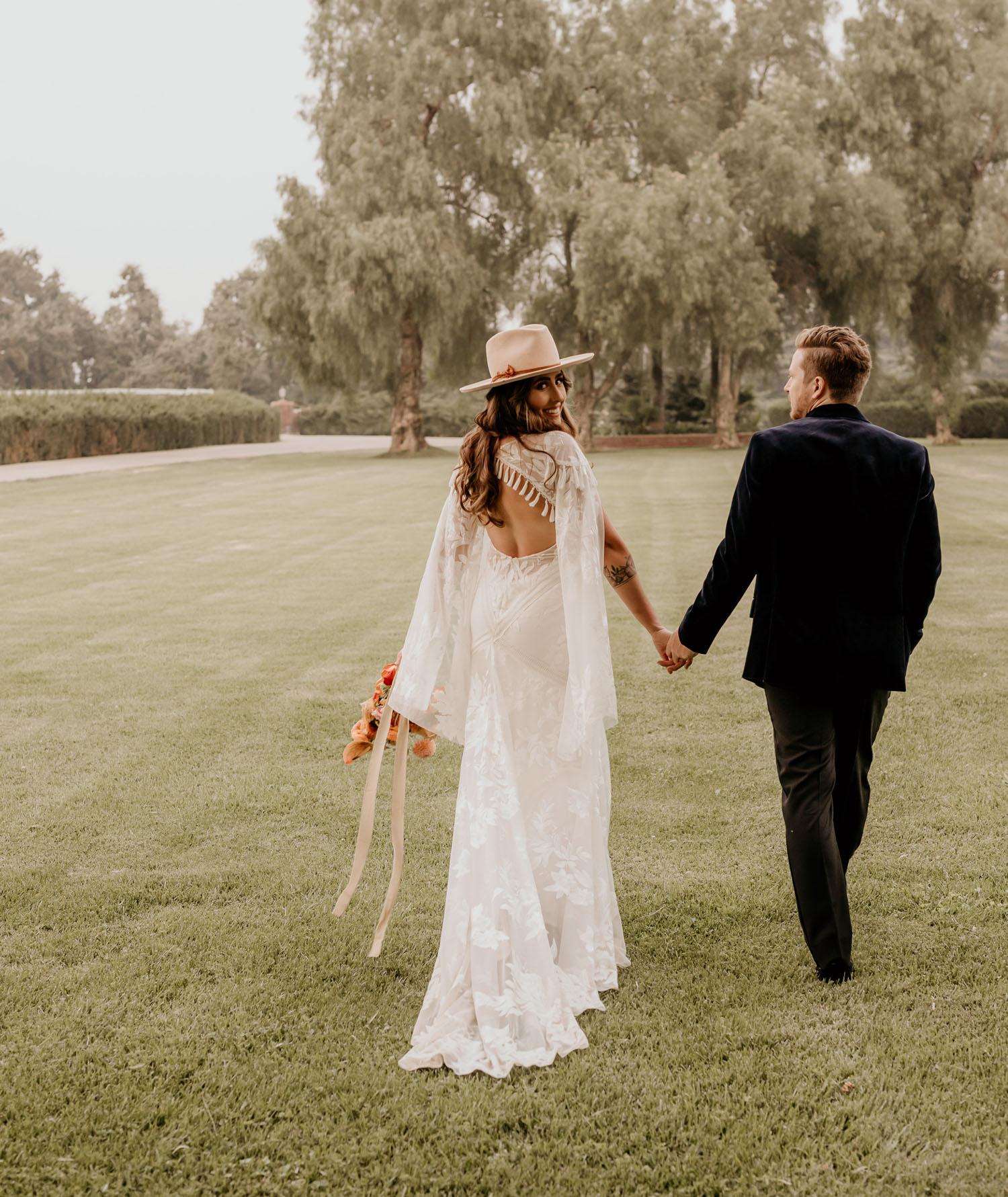 Boho Braut mit Fransen Hochzeitskleid und Hut