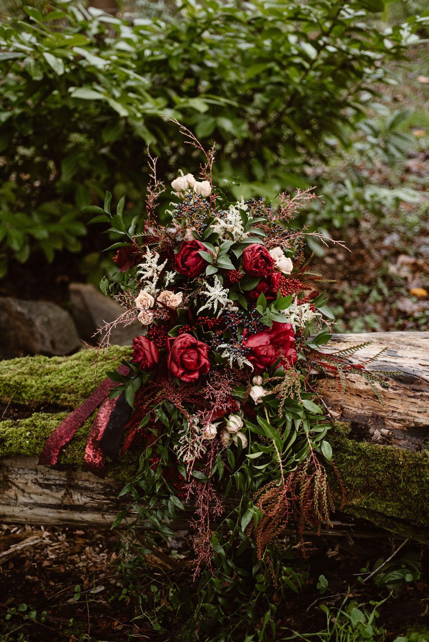 kastanienbrauner Rosenstrauß