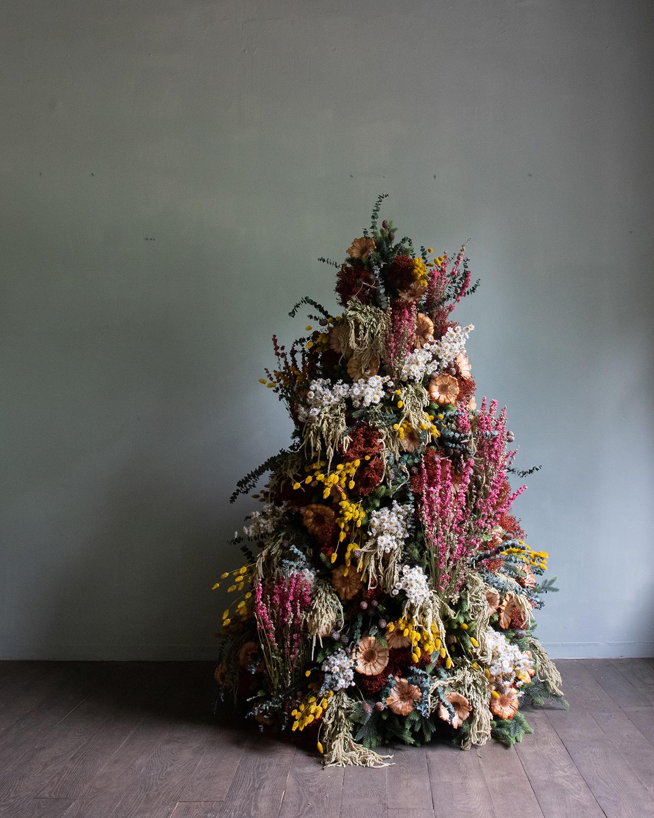 Weihnachtsbäume schmückten getrocknete Blumen