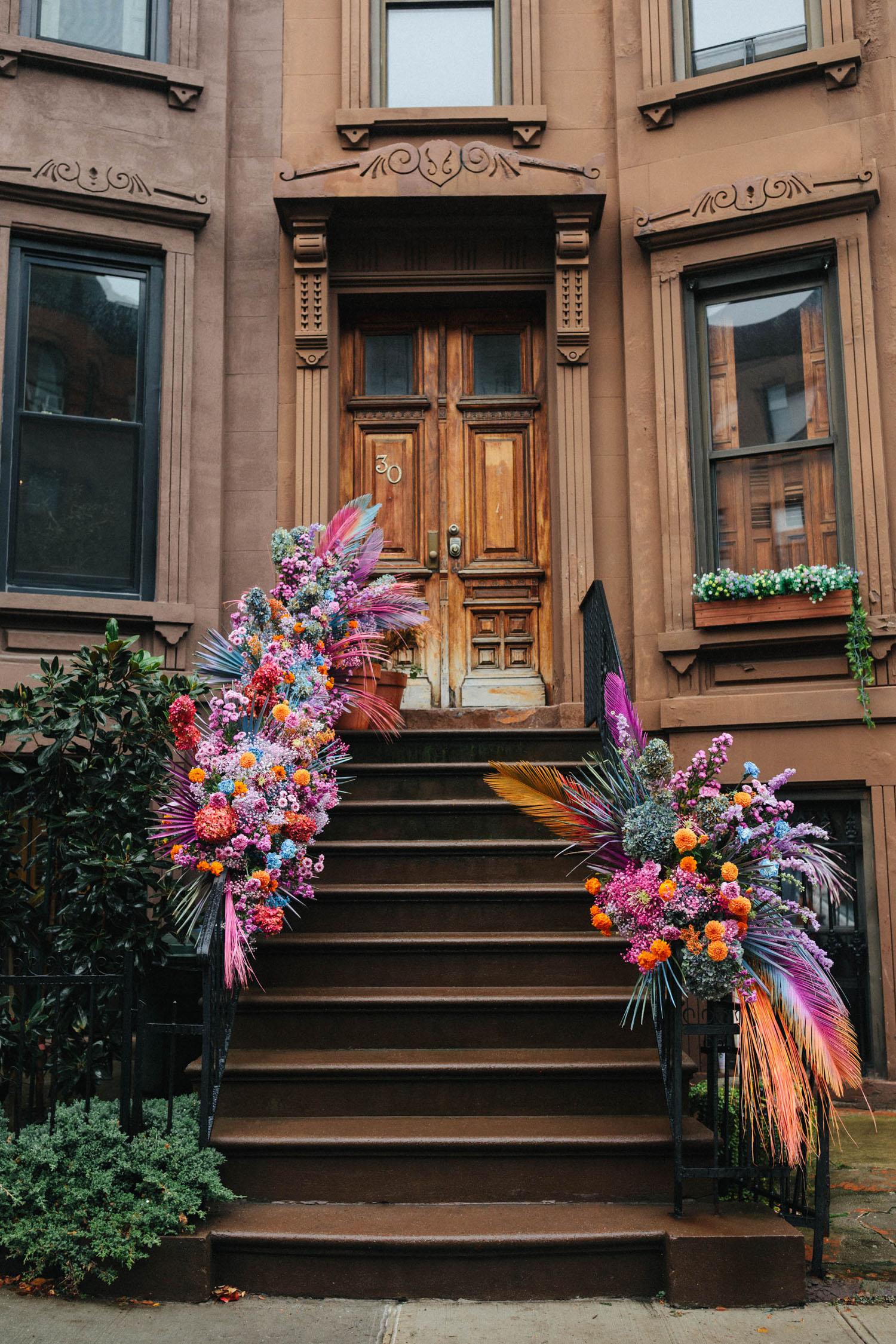 installation de fleurs de rampe pour un mariage voûté
