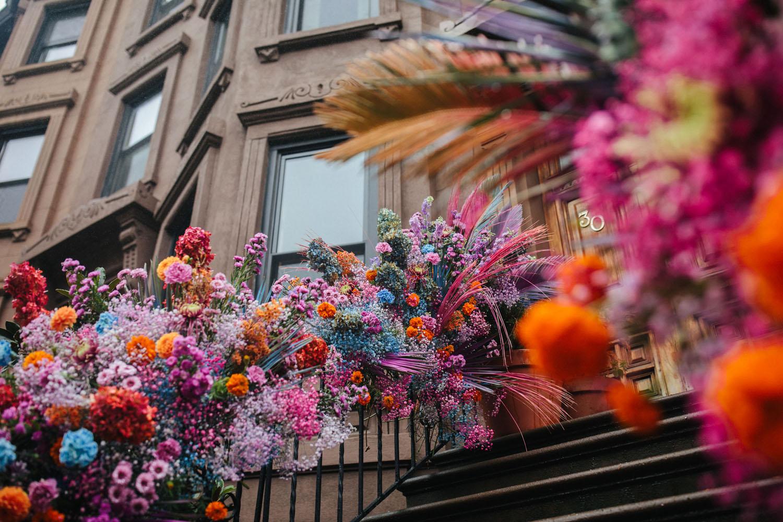 installation florale de rampe pour un mariage voûté