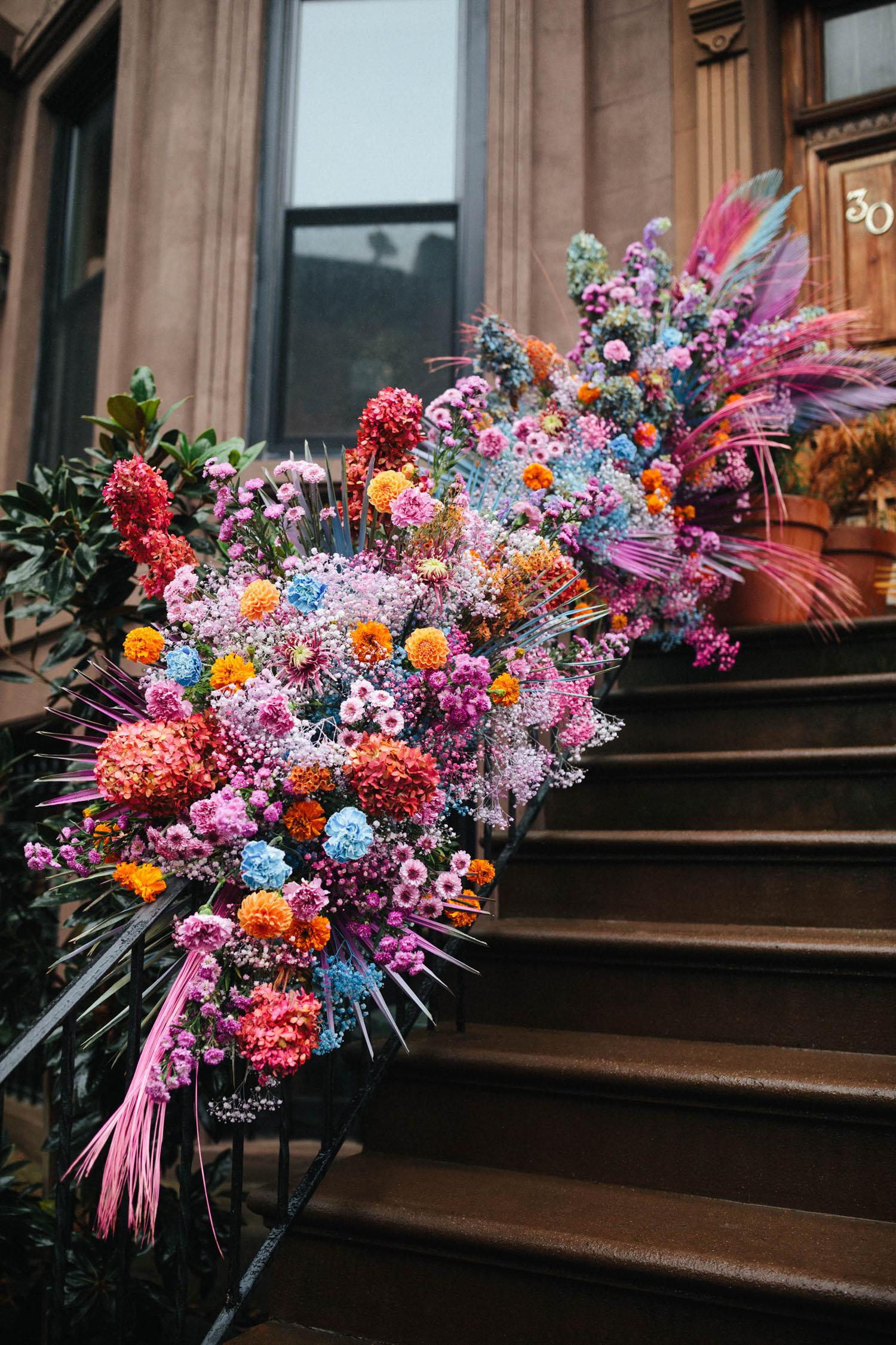 installation florale d'inspiration irisée
