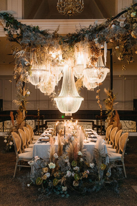 mariage sud-asiatique de luxe avec décor de lustre