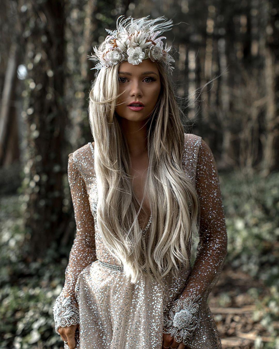 mariée aux cheveux de fleurs séchées