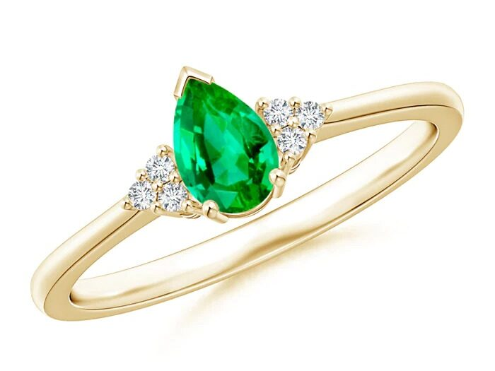 solitaire pear shaped emerald ring with trio diamond accents